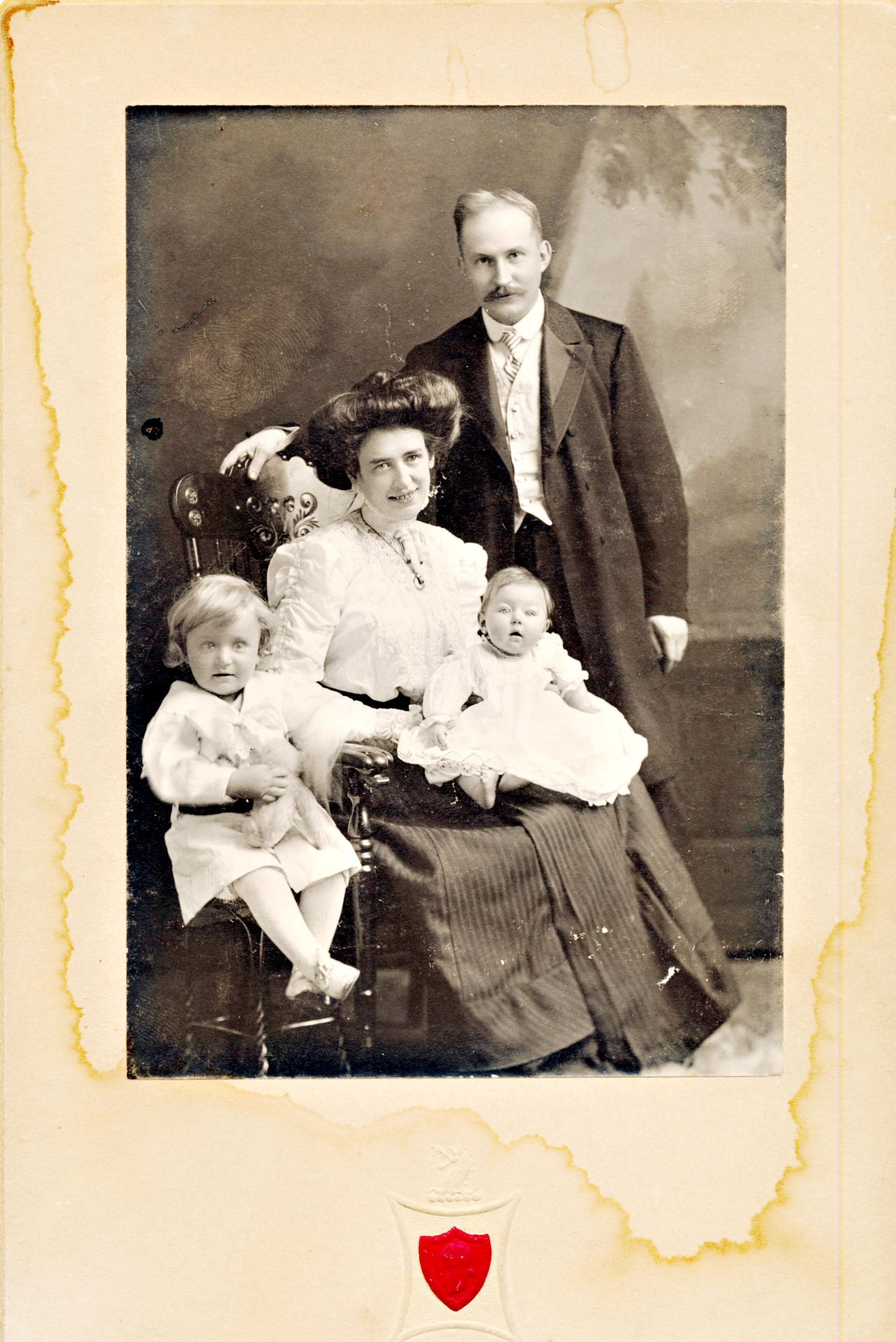 Victoria & Gunnar Heikel med barnen Armas f 1906 och Inga f 1908