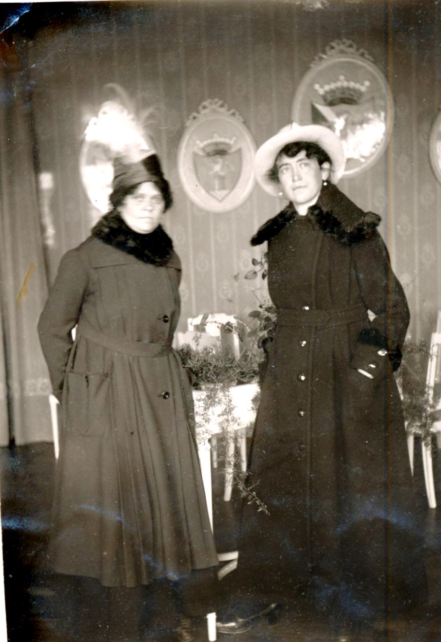 Lolo Neumann, hushållerska hos landshövdingen i Vasa Theodor Heikel med Victoria Heikel år 1918