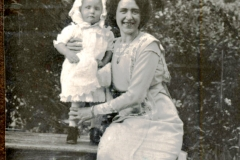 Victoria Heikel (f 1883) med sin dotter Gunnel (f 1911) i Hökinge 1913 el 1914