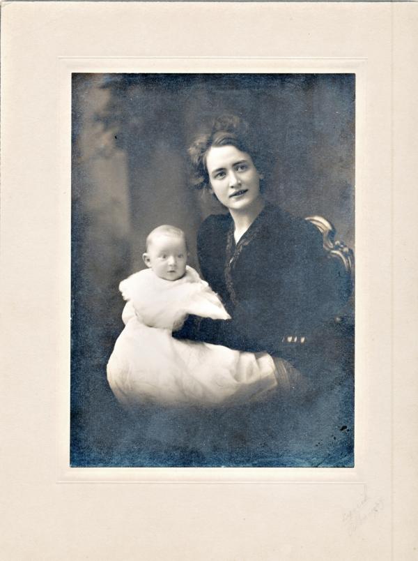 Victoria Heikel (1883-1919) med sin förstfödde I Albany NY state, USA