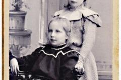Vivi Heikel (1887-1968) sittande