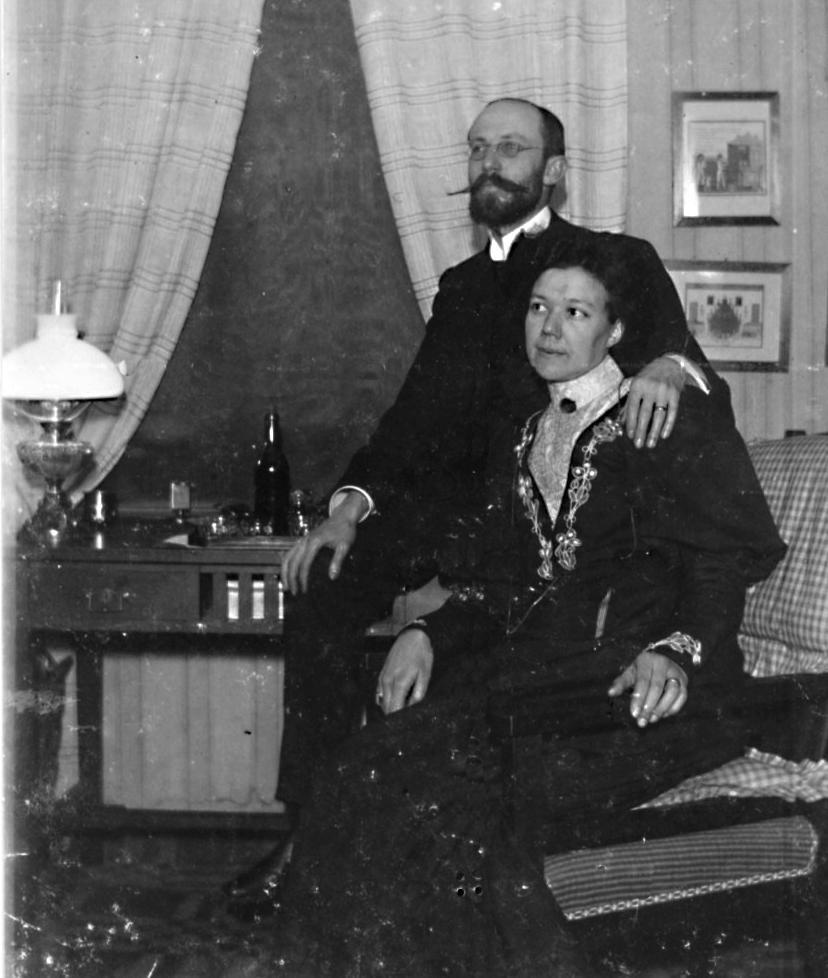 Förlovningsfotografi? Åke Wikander och Gerda Holmberg trol 1903 i Fjällbacka eller i Göteborg