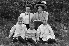 Gerda Wikander (utan hatt) och hennes syster Annie Zachau.